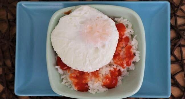 Cómo hacer la receta de huevos poché a compañada de arroz blanco