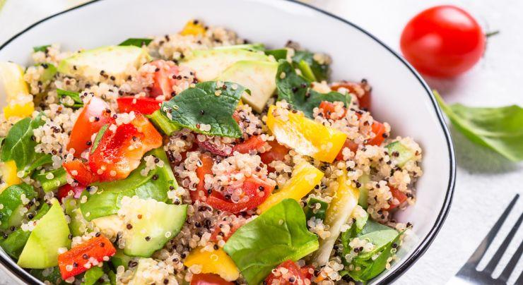 Ensalada hecha con quinoa saludable