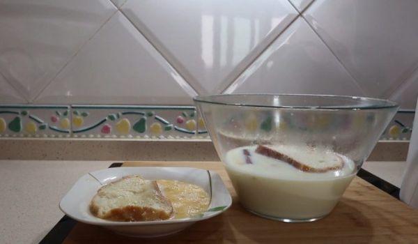 Pasar el pan por los huevos batidos