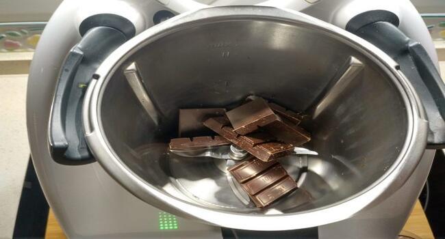 Triturar el chocolate para el bizcocho de la tarta