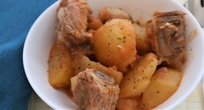 Receta preparada de guiso de costillas con patatas