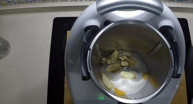 Echamos las cáscaras de naranja o azúcar en el vaso