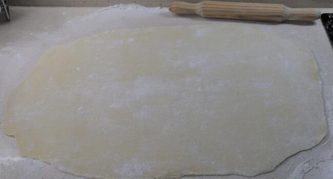 Extendemos la masa en la encimera con un poco de harina