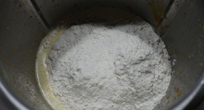 Echamos la harina por partes y mezclamos de dos veces
