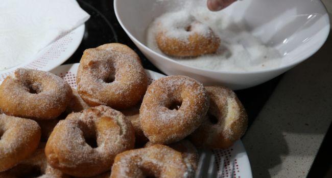 Rebozamos las rosquillas por azúcar