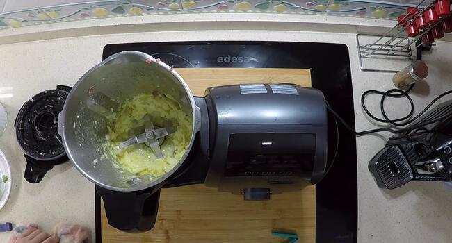 Picar la cebolla y sofreír para la salsa