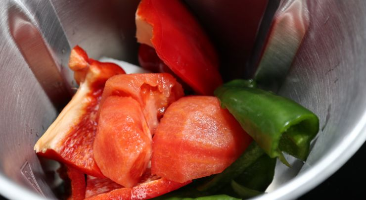 Echamos la verduras para picarlas