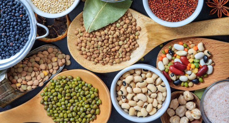 Un surtido con varios tipos de legumbres para cocinar