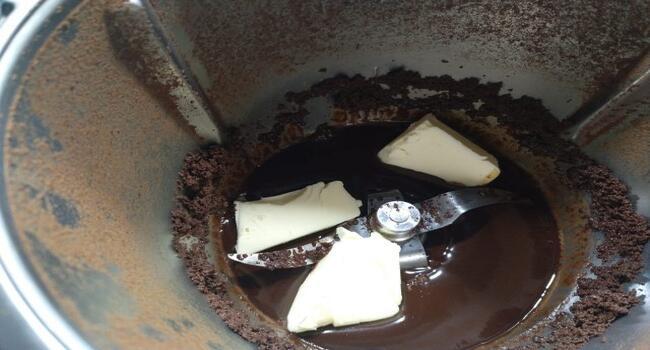 Echamos la mantequilla junto al chocolate y mezclamos con chocolate