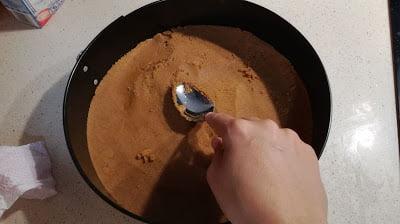 Hacer la base de galletas de la tarta de tres chocolate