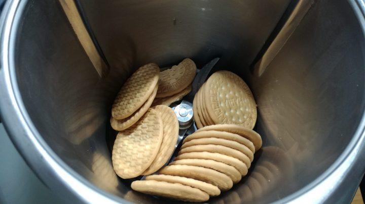 Triturar las galletas para hacer la base