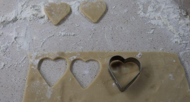 Con la ayuda de un cortapastas le hacemos la forma de corazón