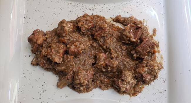 La receta terminada de costilla al vino y arroz