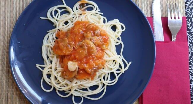 Plato de espaguetis con champiñones y salsa de tomate natural preparada en Thermomix