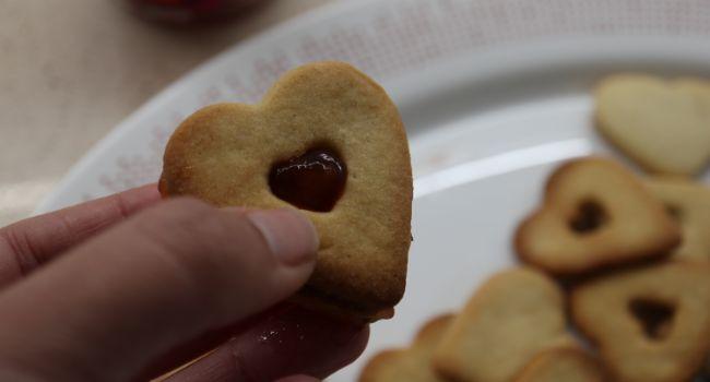 Untamos las galletas con la mermelada de fresa